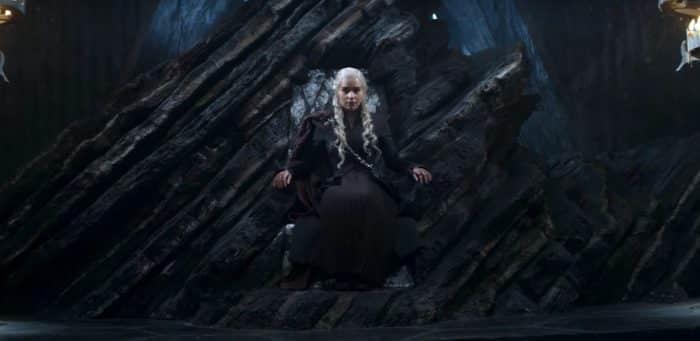 Daenerys sentada no Trono de Pedra do Dragão. em Westeros. De lá, comandará suas tropas a caminho de Porto Real